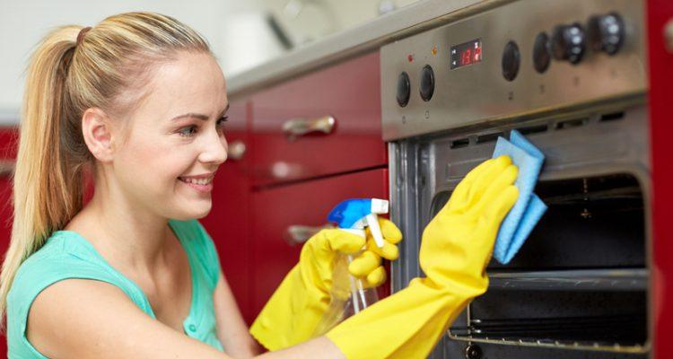 De oven schoonmaken